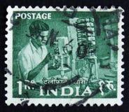 India znaczka pocztowego przedstawienia obsługują działanie w fabryce, serie, około 1954 Fotografia Royalty Free