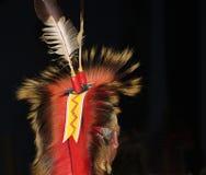 Indian befjädrad huvudbonad på powwowen Royaltyfria Bilder