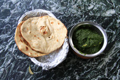 Indian cuisine: chicken in spinach gravy with naan Stock Photo