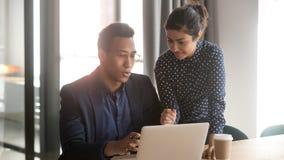 Free Indian Mentor Coworker Talk Help Black Intern Explain Computer Work Stock Photography - 160752952