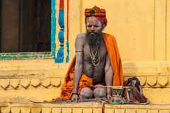 An Indian pilgrim is sitting in front of a temple Royalty Free Stock Photos