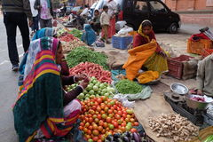 Indian women buying fruit and vegetables by the side of the road in Jaipur Stock Photos