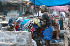 Indian workers washing clothes at Dhobi Ghat in Mumbai, Maharas Royalty Free Stock Photos
