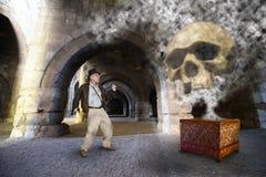 Indiana Jones Style Action Hero och affärsföretag Arkivfoton