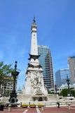 Indiana Soldiers ' och sjömäns monument, Statehouse i backgroun Royaltyfri Fotografi