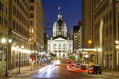Indiana statehouse på natten med upptagna gator och uteliv royaltyfria foton