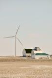 Indiana-Wind-Turbine über dem Familienbauernhof Stockbild