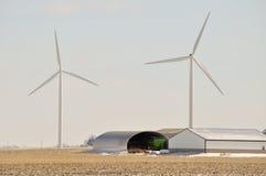 Indiana-Wind-Turbine über landwirtschaftlichen Maschinen Stockfoto