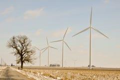 Indiana-Wind-Turbinen nahe bei Straße Stockbild