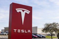 Indianapolis - cerca do abril de 2017: Centro de serviço de Tesla Tesla projeta e fabrica o sedan bonde IV do modelo S Fotografia de Stock