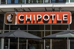 Indianapolis - cerca do abril de 2017: Restaurante mexicano da grade do Chipotle O Chipotle é uma corrente de restaurantes de com Imagens de Stock