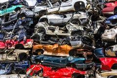 Indianapolis - cerca do agosto de 2016 - uma pilha de carros empilhados da sucata - os carros rejeitados da sucata empilharam aci Foto de Stock Royalty Free