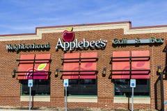 Indianapolis - cerca do fevereiro de 2017: Grade da vizinhança do ` s de Applebee e restaurante ocasional da barra mim Imagens de Stock