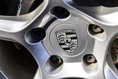 Indianapolis - cerca do fevereiro de 2017: Logotipo tradicional da roda de Porsche em uns 911 novos Porsche que compete datas aos Foto de Stock