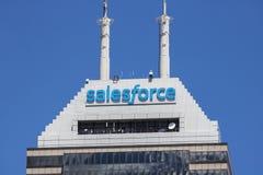Indianapolis - cerca do junho de 2017: Torre recentemente rebatizada de Salesforce Salesforce COM é uma empresa de computação da  imagens de stock