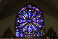 Indianapolis - cerca do março de 2017: Janela do St Mary Catholic Church Stained Glass que assemelha-se a Rose Window sul II imagem de stock