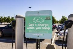 Indianapolis - circa agosto 2016: Kohl's ha stazioni di carico del veicolo elettrico per i suoi clienti alle posizioni nel midw Fotografia Stock Libera da Diritti