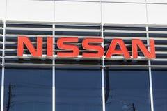 """Indianapolis - Circa April 2017: Logo och Signage av en Nissan Car och en SUV återförsäljare Nissan är delen av Renault†""""Nissan Royaltyfria Foton"""