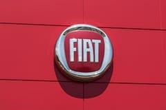 Indianapolis - Circa Augusti 2017: Logo och signage av den lokalFiat återförsäljaren Fiat är delen av FCA II Arkivfoton