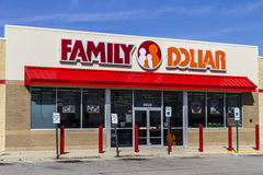 Indianapolis - circa febrero de 2017: Bazar del dólar de la familia El dólar de la familia es una filial del árbol I del dólar Foto de archivo