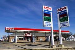 Indianapolis - circa febrero de 2017: Exxon Retail Gas Location ExxonMobil es el ` s Largest Oil and Gas Company del mundo IV Fotos de archivo libres de regalías