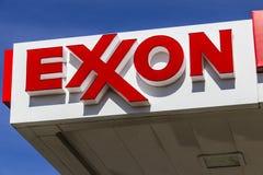 Indianapolis - circa febrero de 2017: Exxon Retail Gas Location ExxonMobil es el ` s Largest Oil and Gas Company del mundo V Fotos de archivo libres de regalías