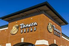 Indianapolis - circa febrero de 2017: Ubicación de la venta al por menor del pan de Panera Panera es una cadena de restaurantes c Imagen de archivo libre de regalías
