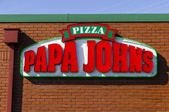 Indianapolis - Circa Februari 2017: Meeneem de Pizzarestaurant IV van Papa John ` s Royalty-vrije Stock Fotografie