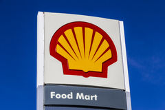 Indianapolis - Circa Februari 2017: Signage en Embleem van Shell Gasoline Plc van Royal Dutch Shell is gebaseerd in Den Haag, Ned Stock Foto's