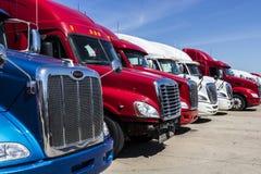 Indianapolis - circa giugno 2017: Autotreni variopinti del trattore dei semi allineati per la vendita IX Fotografie Stock Libere da Diritti