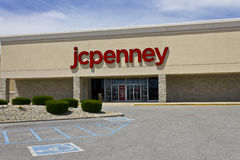 Indianapolis - circa giugno 2016: JC Penney Retail Mall Location JCP è un abito e un rivenditore fornire domestico IV Fotografia Stock
