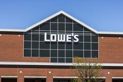 Indianapolis - circa im April 2017: Lowe-` s Heimwerken-Lager Lowe-` s lässt Kleinheimwerkenspeicher IV laufen Stockfoto