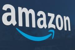 Indianapolis - circa im Januar 2019: Amazon Prime-Lieferwagen amazonas COM erhält im Lieferungsgeschäft mit Hauptpackwagen I stockfotos