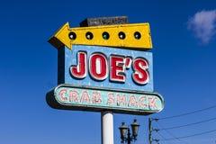 Indianapolis - circa im Oktober 2016: Joes Krabben-Bretterbude-Einheimisches Signage Joes Krabben-Bretterbude ist eine Kette von  Stockfotos