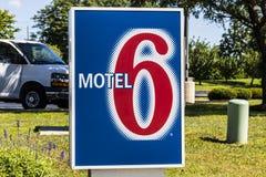 Indianapolis - Circa Juli 2017: Motel 6 Embleem en Signage Motel 6 is een belangrijke ketting van begrotingsmotels III Royalty-vrije Stock Foto