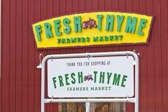 Indianapolis - Circa Juli 2016: Ny timjanbondemarknad Ny timjan erbjuder ny och sund mat I Arkivfoto