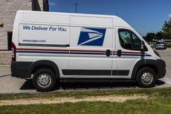Indianapolis - Circa Juli 2017: USPS-de Vrachtwagen van de Postkantoorpost USPS is de oorzaak van het Verstrekken van Postbestell Stock Afbeeldingen