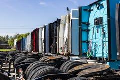Indianapolis - Circa Juni 2017: Färgrika halva traktorsläplastbilar ställde upp till salu XII Royaltyfri Bild