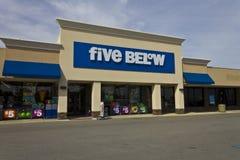 Indianapolis - Circa Juni 2016: Fem nedanför detaljist Fem är under en kedja som säljer produkter den kostnad upp till $5 III Royaltyfria Bilder