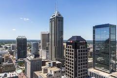 Indianapolis - Circa Juni 2017: Indianapolis i stadens centrum horisont på en Sunny Day inklusive det Salesforce tornet II Royaltyfri Bild