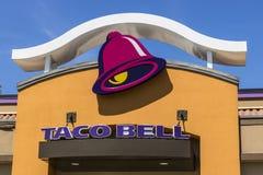 Indianapolis - Circa Juni 2017: Kleinhandels het Snelle Voedselplaats van de acoklok Taco Bell is een Dochteronderneming van Yum! stock afbeeldingen