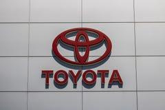 Indianapolis - Circa Juni 2017: Toyota-Auto en het Embleem en Signage van SUV Toyota is een Japanse Autofabrikant Gestationeerd i Royalty-vrije Stock Foto