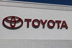 Indianapolis - Circa Juni 2017: Toyota-Auto en het Embleem en Signage van SUV Toyota is een Japanse Autofabrikant Gestationeerd i Stock Afbeeldingen