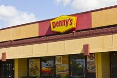 Indianapolis - Circa Juni 2016: Yttersida av en Dennys coffee shop Dennys är Amerika matställe II Royaltyfria Bilder