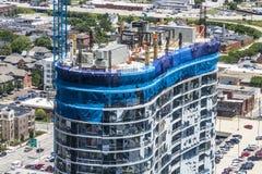 Indianapolis - circa junio de 2017: Rascacielos residencial del bloque de apartamentos del negocio del uso mezclado moderno bajo  fotografía de archivo libre de regalías