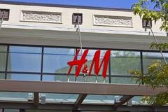 Indianapolis - circa luglio 2016: H&M Retail Mall Location H&M è una società internazionale dell'abbigliamento III Immagine Stock