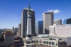 Indianapolis - Circa Maart 2017: Horizon de Van de binnenstad van Indianapolis van Monumentencirkel op Sunny Day IV Stock Foto's