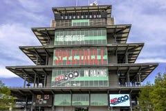 Indianapolis - Circa Maj 2017: Den Panasonic pagoden på Indianapolis Motor Speedway IMS förbereder sig för av Indyen 500 I Royaltyfri Bild