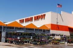 Indianapolis - Circa Maj 2018: Home Depot läge som flyger amerikanska flaggan Home Depot är den största hemförbättringåterförsälj Royaltyfri Bild