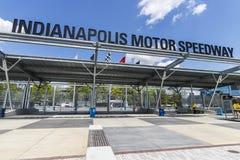 Indianapolis - Circa Maj 2017: Ingång för Indianapolis Motor Speedway port 1 IMS är värd Indyen 500 och auto lopp för Brickyard 4 Royaltyfria Foton
